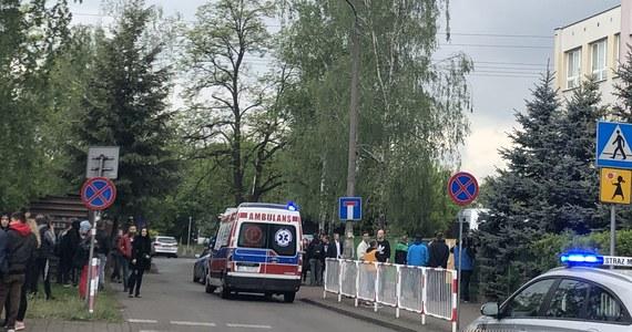 Tragedia w szkole podstawowej w warszawskim Wawrze. Podczas kłótni jeden z uczniów nożem śmiertelnie ranił kolegę. Trwa ustalanie okoliczności i przyczyn tragedii.