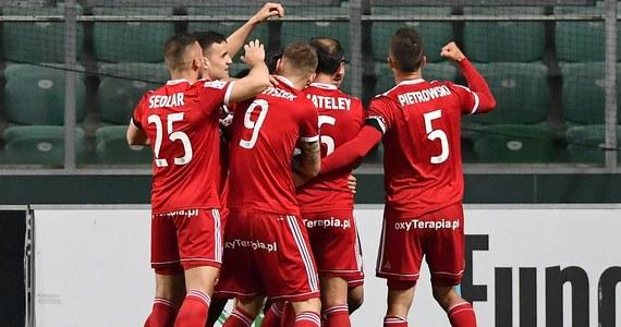 Na trzy kolejki przed końcem rozgrywek Lotto Ekstraklasy wiemy jedno: z elitą żegna się Zagłębie Sosnowiec. Wciąż nieznany jest mistrz, a walka o krajowe trofeum toczy się w ślimaczym tempie. Podobnie jak w zeszłym sezonie, kibice i eksperci mówią o wyścigu żółwi. Dwie drużyny najpoważniej kandydujące do mistrzostwa, czyli Legia i Lechia, przegrały swoje ostatnie mecze. Zwyciężył Piast Gliwice, którego fani coraz głośniej mówią o apetytach na mistrzostwo. Co zatem przed nami w 35. kolejce Lotto Ekstraklasy?