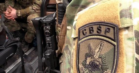 Policjanci CBŚP z Olsztyna rozbili grupę, której członkowie podejrzani są m.in. o niekorzystne rozporządzenie mieniem wielkiej wartości innych osób, prania pieniędzy, a także posługiwania się podrobionymi dokumentami. Według śledczych podejrzani wyłudzili 100 tys. zł z kont zamożnych osób oraz usiłowali wyłudzić kolejne 12 mln zł od kilku pokrzywdzonych.