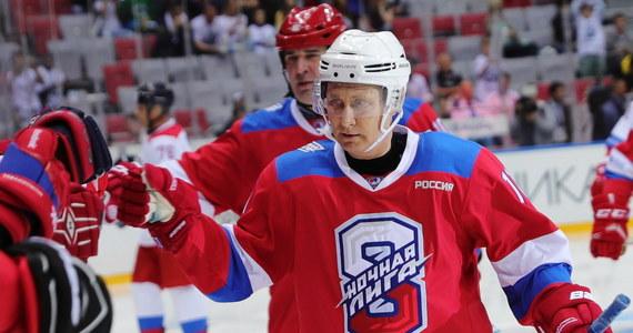 Prezydent Rosji Władimir Putin znów pochwalił się kondycją i hokejowymi umiejętnościami. Podczas pokazowego meczu strzelił, według Kremla, aż dziewięć bramek! Później jednak zaliczył spektakularny upadek...