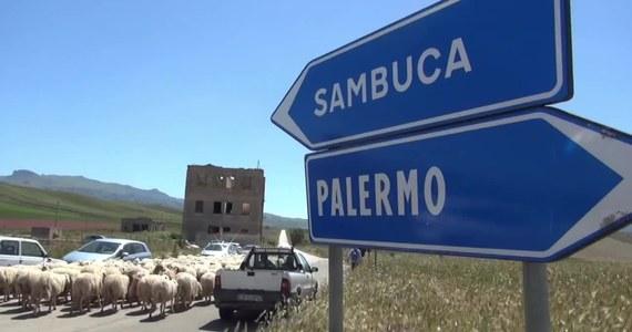 """Obawa przed przeobrażeniem się w """"miasto-widmo"""" popchnęła władze sycylijskiego miasta Sambuca do wystawienia na licytację pustych domów za 1 euro. Sprzedaż mieszkań rozpoczęła się w styczniu 2018 roku. Z oferty skorzystało wielu obcokrajowców."""