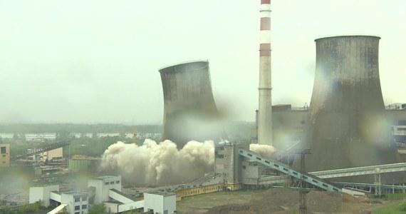 """Chłodnia elektrowni """"Łagisza"""" w Będzinie, po kontrolowanej detonacji została zrównana z ziemią. To już czwarte wyburzenie tego typu obiektu na tym terenie. Detonacja odbywała się pod nadzorem techników i służb."""
