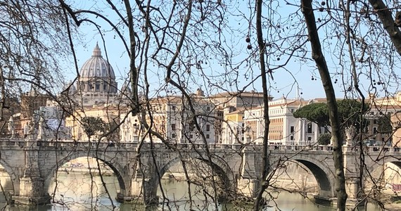 """Papieski jałmużnik, kardynał Konrad Krajewski powiedział gazecie """"Corriere della Sera"""", że bierze na siebie odpowiedzialność za to, że sam przywrócił dostawy prądu do nielegalnie zajmowanej kamienicy w Rzymie, gdzie mieszkają rodziny z dziećmi."""