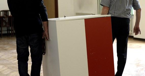 """Trzy czwarte lokali wyborczych nie spełnia przepisów dotyczących dostosowania do potrzeb osób niepełnosprawnych - alarmuje Rzecznik Praw Obywatelskich. """"My możemy tylko apelować"""" - odpowiadają urzędnicy z Krajowego Biura Wyborczego. Kolejne wybory – do Parlamentu Europejskiego – już 26 maja."""