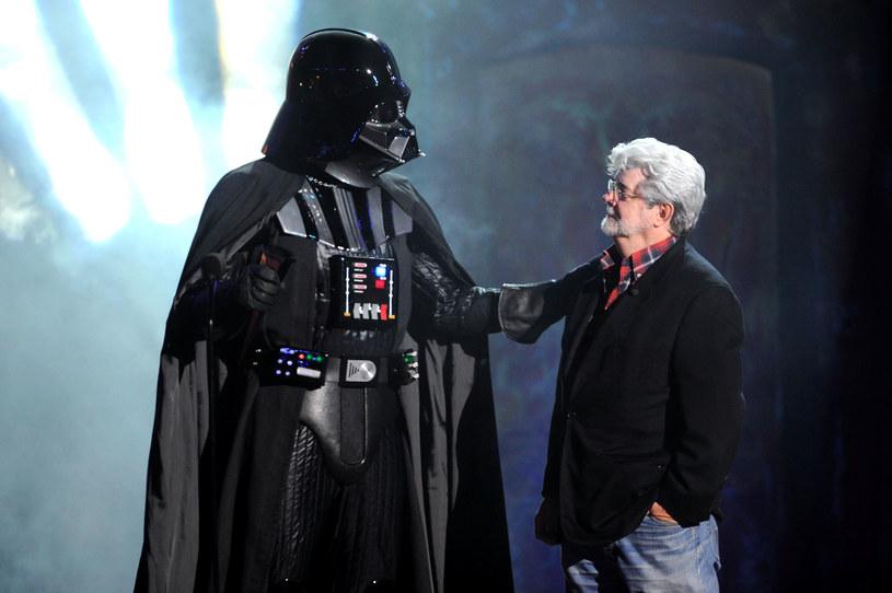 """Minęło już osiem lat, odkąd George Lucas sprzedał Disneyowi swoje studio Lucasfilm Disneyowi. Choć umowa opiewała na aż cztery miliardy dolarów, Lucas przyznaje teraz, że decyzja, jaką podjął, a której efektem było też oddanie kontroli nad serią """"Gwiezdne wojny"""", była dla niego """"bardzo, bardzo bolesna"""". Twórca przyznał się do tego w rozmowie z Paulem Duncanem, autorem niedawno wydanej książki """"The Star Wars Archives: Episodes I-III 1999-2005""""."""