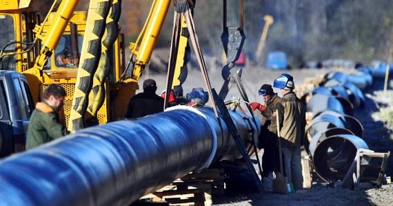 """""""Czeski rząd zdecydował w poniedziałek, że koncern Unipetrol będzie przez kolejne dwa tygodnie pobierać i przerabiać ropę z państwowych rezerw strategicznych"""" - poinformował prezes czeskiej Administracji Rezerw Materiałowych (SSHS) Pavel Szvagr. Unipetrol, największa w Czechach firma petrochemiczna, należąca do PKN Orlen, przerwał 26 kwietnia odbiór ropy naftowej w związku z zanieczyszczeniem surowca płynącego przez rurociąg """"Przyjaźń""""."""