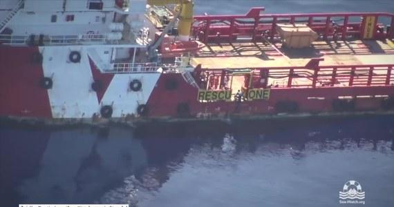 Samotny uchodźca, który płynął wpław przez Morze Śródziemne, został uratowany przez załogę statku towarowego Vos Triton. Na filmie zarejestrowanym przez samolot należący do niemieckiej organizacji humanitarnej widać mężczyznę płynącego na otwartym morzu w kierunku jednostki, a następnie wspinającego się po burcie na pokład.