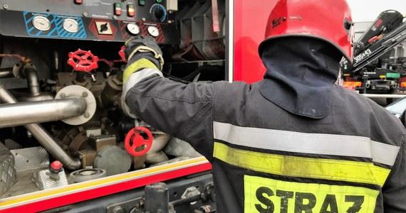 Bezdomny mężczyzna zginął w pożarze, który w nocy z poniedziałku na wtorek wybuchł w opuszczonym domu jednorodzinnym w Rybniku. Jedna osoba cały czas jest poszukiwana W budynku pomieszkiwało pięcioro bezdomnych.