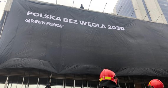 Ekolodzy z organizacji Greenpeace weszli o poranku na budynki w Warszawie, w których mieszczą się siedziby największych partii: Prawa i Sprawiedliwości oraz Platformy Obywatelskiej.