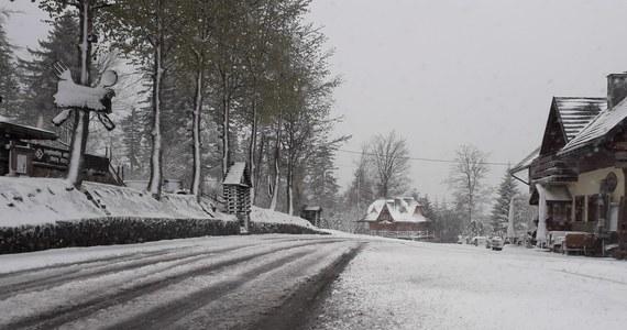 Beskidy w połowie maja spowite śniegiem. W wyższych partiach gór od wielu godzin nieprzerwanie pada śnieg. Niżej trzeba się liczyć z intensywnymi opadami deszczu.