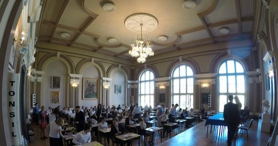 W środę o godzinie 9:00 rozpoczął się egzamin z języka niemieckiego (poziom podstawowy). Chęć jego zdawania zdeklarowało 12 tys. tegorocznych absolwentów liceów ogólnokształcących i techników. Poniżej publikujemy arkusz CKE język niemiecki poziom podstawowy wraz z proponowanymi rozwiązaniami przygotowanymi przez eksperta portalu Interia.pl