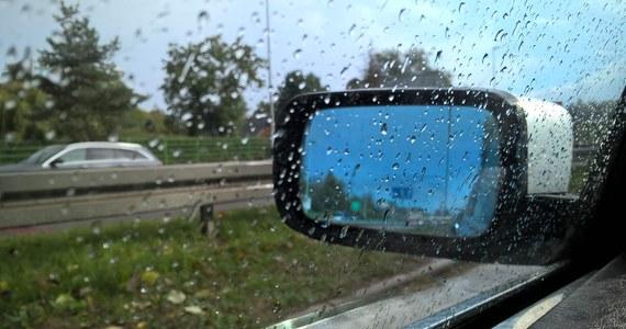 Synoptycy IMGW ostrzegają przed intensywnymi opadami deszczu. Ostrzeżenia pierwszego stopnia obowiązują dziś w województwach opolskim i lubelskim. Na Lubelszczyźnie mogą pojawić się burze. W rzekach województw małopolskiego i śląskiego może niebezpiecznie wzrosnąć poziom wody.
