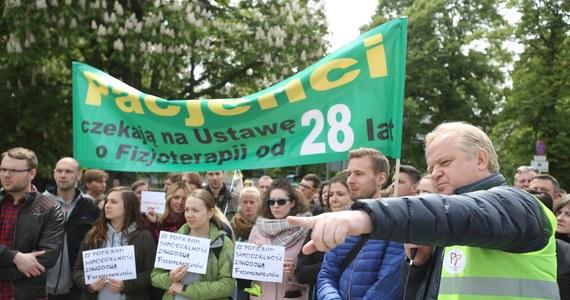 Władze uzdrowiska w Goczałkowicach-Zdroju w województwie śląskim zdecydowały dziś o wstrzymaniu pracy. Żaden z zatrudnionych tam fizjoterapeutów - w ramach protestu - nie przyszedł dziś do pracy. Odwołano zabiegi, kolejni kuracjusze mają nie być przyjmowani.
