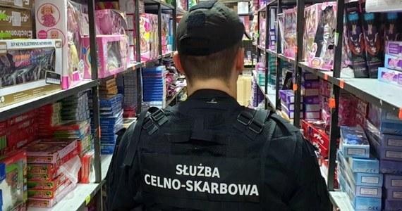 Ponad 10 tys. sztuk podrabianych zabawek skonfiskowali funkcjonariusze KAS z Białegostoku w czasie kontroli na targowisku w Wólce Kosowskiej (Mazowieckie). Wartość zatrzymanego towaru służby celno-skarbowe szacują na ok. 750 tys. zł.