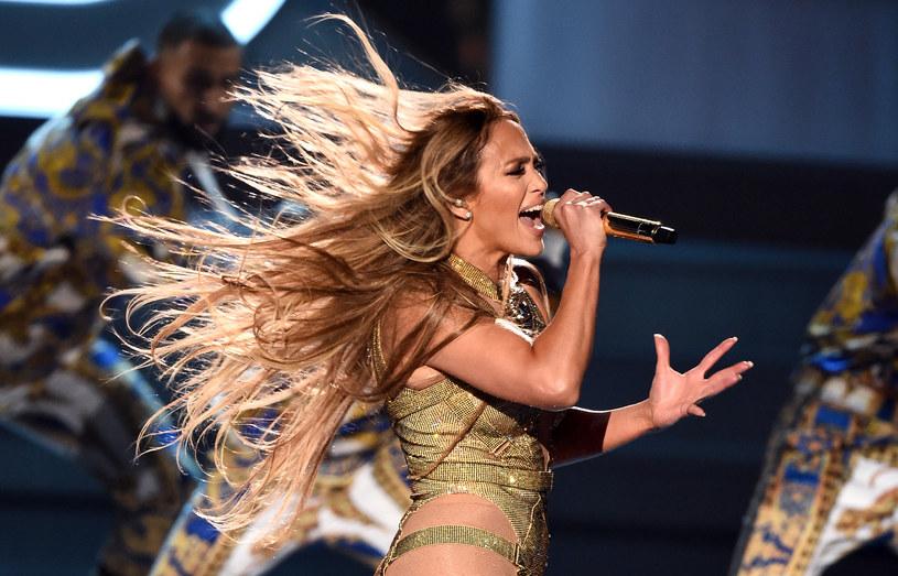 """Jennifer Lopez przygotowuje się do dużej trasy koncertowej po Stanach Zjednoczonych - """"It's My Party Tour"""". W związku z tym artystka opublikowała film, który pokazuje kulisy pracy nad tym wydarzeniem. Dzięki niemu fani mogą poznać bardziej osobiste oblicze swojej idolki i zobaczyć, jak kreowany jest jej sceniczny wizerunek."""