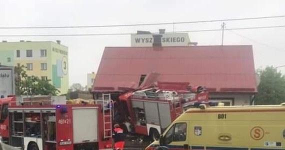 Cztery osoby zostały ranne w wypadku na skrzyżowaniu ulic Grodzieńskiej i Mickiewicza w Sokółce (Podlaskie). Wóz strażacki uderzył tam w dom.