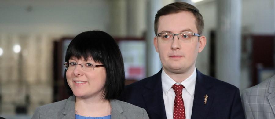 """Samo zaostrzenie przepisów przeciwko pedofilii nie ochroni dzieci, a może przyczynić się do zwiększenia w Polsce liczby aborcji - przekonywali na konferencji prasowej politycy Konfederacji KORWiN Braun Liroy Narodowcy i Fundacji """"Życie i Rodzina"""". """"Jeżeli nie zabezpiecza się życia najmłodszych, nienarodzonych dzieci, to później, przy okazjach, których się nie spodziewamy, może dojść do rozszerzenia przez Polki polityki aborcyjnej"""" - ostrzegała kandydatka Konfederacji do Parlamentu Europejskiego Kaja Godek. Lider Ruchu Narodowego Robert Winnicki zwracał zaś uwagę, że w myśl proponowanych przez rząd zmian """"18-latek współżyjący z 16-latką może być sądzony za pedofilię, a 16-latka, jeżeli zostanie poczęte dziecko, może to dziecko zabić, ponieważ rozszerzony jest dostęp do aborcji, rozszerzona jest przesłanka aborcyjna"""". """"To jest absurd!"""" - komentował. Politycy apelowali, by jeszcze w tej kadencji Sejm uchwalił projekt ustawy """"Zatrzymaj aborcję""""."""