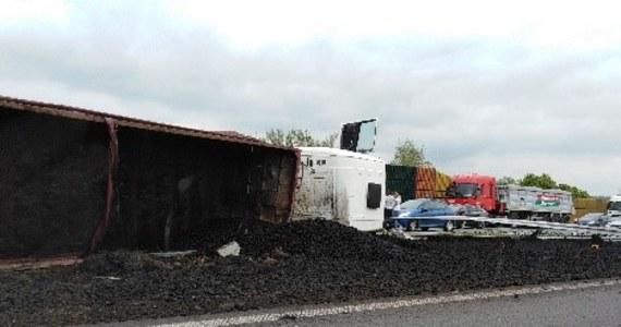 Między Chrzanowem i Krakowem ok. godz. 13 przewróciła się ciężarówka przewożącą węgiel. Nikomu nic się nie stało, ale zablokowane przez długi czas były lewe pasy w obu kierunkach. W miejscu wypadku utworzyły się korki.