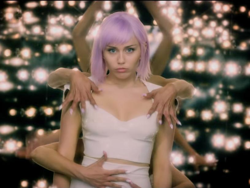 """Tego lata serial """"Czarne lustro"""" powraca. W obsadzie zobaczymy m.in. Miley Cyrus. Tym samym gwiazda wraca na mały ekran. My natomiast będziemy mogli zobaczyć ją 1 czerwca na scenie Orange Warsaw Festival."""