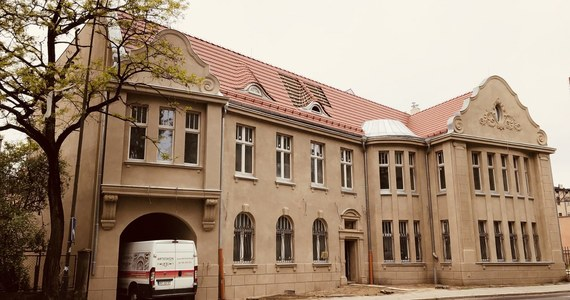 """Rekwizyty nawiązujące do filmu """"Kingsajz"""" pojawią się w odrestaurowanym budynku nazywanym w Łodzi potocznie """"Szuflandią"""". Zabytkowa kamienica latami popadała w ruinę, ale udało się ją uratować i będzie siedzibą Łódzkiej Spółki Infrastrukturalnej. Budynek będzie dostępny dla miłośników filmu."""