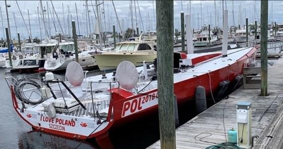 """Uszkodzony ponad trzy tygodnie temu jacht Polskiej Fundacji Narodowej """"I love Poland"""" , stojący na terenie jednej z marin w stanie Rhode Island w USA , wyruszy w morze najwcześniej w lipcu."""