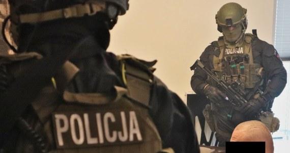 Duża akcja policjantów na Śląsku. Centralne Biuro Śledcze Policji zatrzymało 15 osób, a kolejne 2 doprowadziły z aresztu i więzienia rozbijając zorganizowaną grupę przestępczą pseudokibiców. W akcji wzięło udział 400 policjantów.