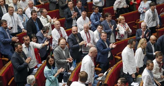 Partia Front Ludowy byłego premiera Ukrainy Arsenija Jaceniuka oświadczyła w piątek, że opuszcza koalicję, tworzoną z Blokiem ustępującego prezydenta Petra Poroszenki. Decyzja ta pozbawia nowego prezydenta Wołodymyra Zełenskiego możliwości rozwiązania parlamentu.