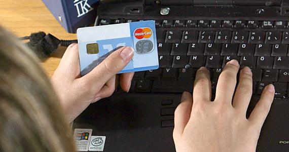 Policja ostrzega przed fałszywymi stronami udającymi pośredników szybkich płatności. Na atak narażeni się użytkownicy bankowości internetowej i mobilnej robiący zakupy przez internet.