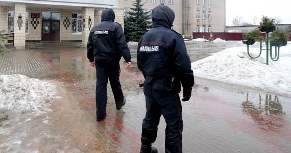 Panika w białoruskim Mohylewie. Nieznane osoby uprowadziły samochodem 22-letnia policjanta. Mężczyzna zdążył wysłać tylko wiadomość alarmową. Jego ciało znaleziono w lesie. Wszczęto poszukiwania charakterystycznego samochodu - czarnej wołgi na rosyjskich numerach.