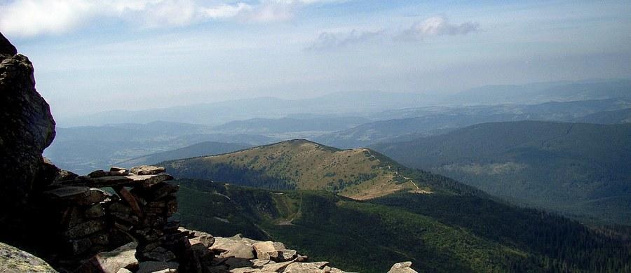 Beskidzcy goprowcy odwołali zagrożenie lawinowe na Babiej Górze, które obowiązywało przez kilka ostatnich dni. Warunki turystyczne są tam jednak trudne. Na szlakach w wyższych partiach gór leżą drzewa powalone przez wiatr.