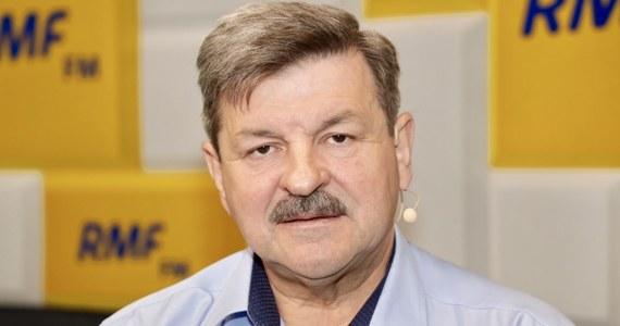 """""""Widać, że grunt się PiS-owi pali pod nogami. Widzą te sondaże i próbują naprawiać dramatyczne błędy, które popełnili w ostatnich miesiącach"""" – tak o pomyśle 500+ dla niepełnosprawnych mówił w Porannej rozmowie w RMF FM europoseł PSL Jarosław Kalinowski. Stwierdził także, że propozycja premiera Mateusza Morawieckiego nie pomoże partii rządzącej. """"Pamiętamy dramatyczne 40 dni protestu tego środowiska i absolutne lekceważenie tego przez rząd"""" – powiedział Kalinowski."""