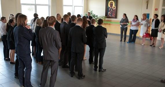 """""""Nie spodziewaliśmy się tak długich kolejek"""" - przyznają w rozmowie z RMF FM absolwenci szkół podstawowych gimnazjów starający się o miejsce w IX Liceum Ogólnokształcącym w Warszawie, którzy czekają na złożenie rekrutacyjnego wniosku. W tym Liceum do jednej klasy jest nawet ponad pół tysiąca kandydatów."""
