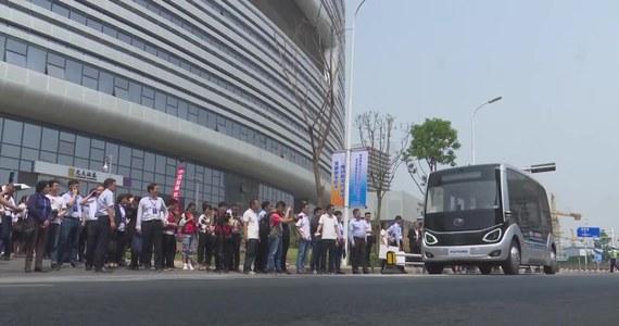 """Transport publiczny wchodzi na wyższy poziom. W Zhengzhou, stolicy prowincji Henan w Chinach, testowany jest autonomiczny autobus, wspomagany przez sieć 5G. """"Na dokładną analizę otoczenia pozwalają pojazdowi sensory i radary. Działają jak nasze oczy: pomagają autobusowi dostrzec to, co się dzieje, a potem przesyłają do 'mózgu' pojazdu informacje, by mógł on podjąć decyzję"""" - powiedział Peng Ngengling, przedstawiciel Yutong Bus."""