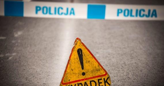 Dwie osoby zginęły w wypadku w poniedziałek na drodze krajowej nr 12 w Łódzkiem. W miejscowości Włodzimierzów doszło do zderzenia samochodu ciężarowego, osobowego i lawety. W wypadku zginęli kierowca i pasażer lawety.