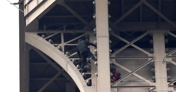 Mężczyzna, który wspiął się w poniedziałek na wieżę Eiffla, powodując ewakuację wszystkich turystów, pozostawał na niej przez sześć godzin - poinformowały paryskie służby bezpieczeństwa. Do tej pory nieznanen są motywy działania śmiałka, który dotarł niemal do najwyższego piętra tej mierzącej 324 metry budowli.