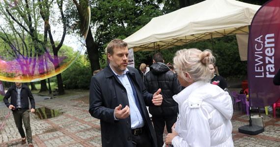 """""""Nie będziemy robić za giermka Grzegorza Schetyny. My do Koalicji Europejskiej się nie wybieramy, bo mamy inny pomysł na Polskę"""" - stwierdził lider Lewicy Razem Adrian Zandberg w rozmowie z """"Dziennikiem Gazetą Prawną"""". Ocenił, że """"sporo sensownych osób dało się omamić Schetynie, że ta koalicja od Sasa do lasa to świetny pomysł"""", a """"dziś już widać, że to po prostu nie działa""""."""