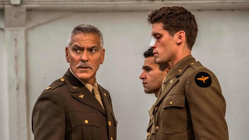 """""""Obłęd jest zaraźliwy"""" - mówi jeden z bohaterów serialu """"Paragraf 22"""". Telewizyjny dramat wyreżyserowany i wyprodukowany przez George'a Clooneya to nie tylko adaptacja słynnej powieści, ale też próba pokazania wielu jej odniesień do współczesności."""