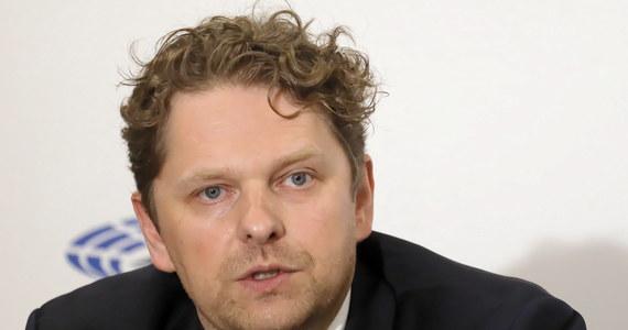 Szef MSWiA Joachim Brudziński zapowiedział, że na najbliższym posiedzeniu Sejmu będzie wniosek o odwołanie Marka Opioły z funkcji szefa komisji ds. służb specjalnych. To pokłosie afery ze spotem wyborczym, w którym poseł użył policyjnych śmigłowców.