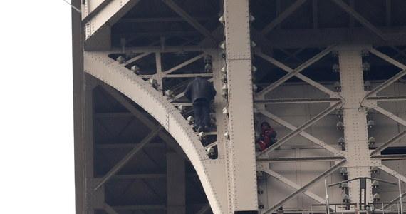 Mężczyzna, który wspiął się na Wieżę Eiffla, powodując ewakuację zwiedzających, ma rosyjskie obywatelstwo i ubiega się o azyl polityczny we Francji. Poinformowały o tym źródła we francuskiej policji, potwierdzając, że groził on popełnieniem samobójstwa.