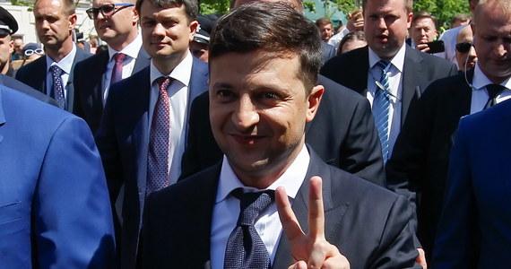 Nowy prezydent Ukrainy Wołodymyr Zełenski wydał dekret, którym rozwiązał Radę Najwyższą (parlament) i wyznaczył przedterminowe wybory parlamentarne na 21 lipca. Tekst dekretu opublikowano we wtorek na oficjalnej stronie internetowej szefa państwa.