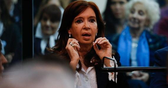 Proces byłej prezydent Argentyny Cristiny Fernandez de Kirchner (2007-2015), oskarżonej o korupcję, rozpoczął się we wtorek w Buenos Aires.
