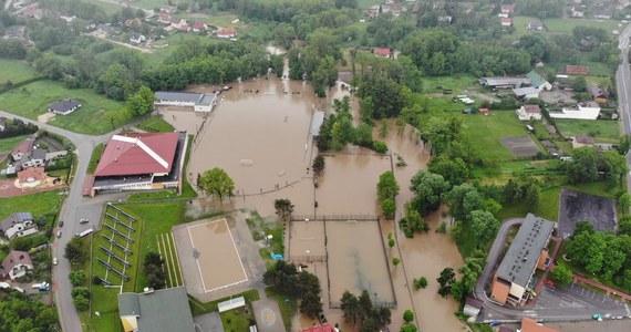 32 osoby ewakuowano z zalanych obszarów w Dąbrowie Tarnowskiej i miejscowości Swarzów w Małopolsce. Część mieszkańców trzeba było ewakuować łodziami strażackimi. Problemy są także na Podkarpaciu, w Świętokrzyskiem i na Śląsku.