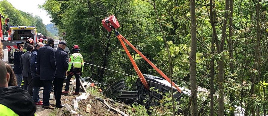 Jedna osoba zginęła, a co najmniej 10 zostało rannych w wypadku autokaru z rosyjskimi turystami na drodze między Sieną i Florencją we Włoszech - podały media. Pojazd spadł ze skarpy i przewrócił się.