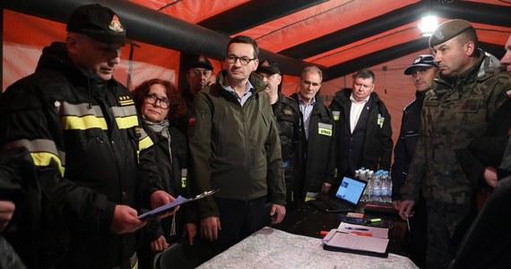 Zapoznam się z tą sytuacją - tak wiceszef MSWiA Jarosław Zieliński komentuje udział kandydatki PiS do europarlamentu Elżbiety Kruk we wczorajszym posiedzeniu sztabu kryzysowego po przejściu wichur na Lubelszczyźnie. Posłanka, na fotografiach publikowanych między innymi przez kancelarię premiera, była ubrana w strażacką kurtkę.