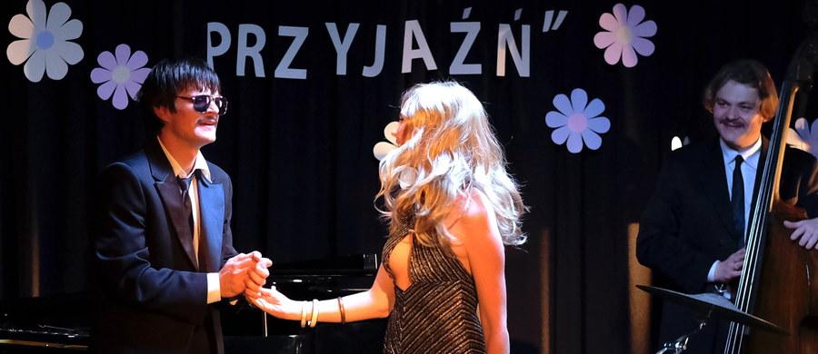 """Do sieci trafił pierwszy zwiastun filmu """"Ikar. Legenda Mietka Kosza"""" w reżyserii Macieja Pieprzycy. Głównego bohatera - wybitnego niewidomego pianistę - gra Dawid Ogrodnik. Film ma trafić do kin w październiku."""