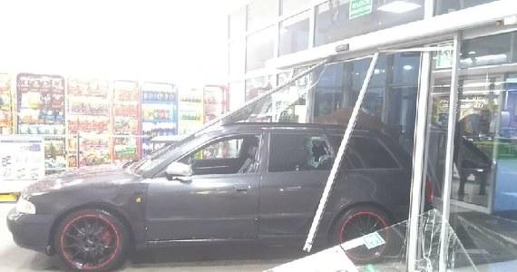 Do groźnego incydentu doszło w Żarskiej Wsi koło Zgorzelca w woj. dolnośląskim. Auto wjechało tam do sklepu. Taką informację przekazał nam wraz z zdjęciem słuchacz, który zadzwonił na Gorącą Linię RMF FM.