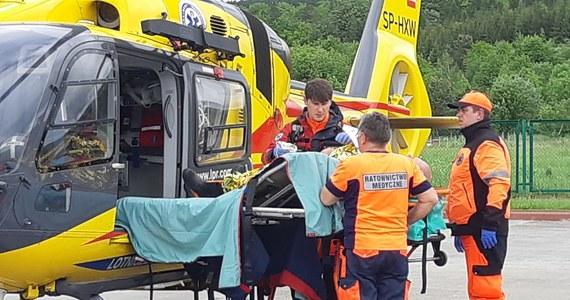 Funkcjonariusze Straży Granicznej z Huwnik ratowali mężczyznę użądlonego przez pszczoły. Sytuacja była tak krytyczna, że na miejsce przyleciał śmigłowiec LPR.