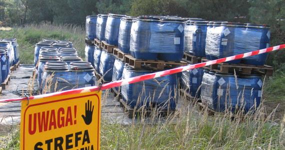 Policja i prokuratura prowadzą czynności na odkrytym składowisku odpadów w Topólce koło Radziejowa (Kujawsko-pomorskie). Na terenie przedsiębiorstwa zajmującego się obróbką drewna znajduje się 48 tysiąclitrowych pojemników z odpadami chemicznymi.