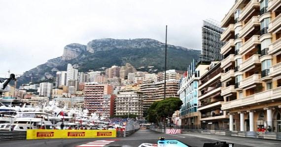 Lewis Hamilton rzutem na taśmę wywalczył pole position do niedzielnego wyścigu Formuły 1 o Grand Prix Monako na torze w Monte Carlo. Robert Kubica z zespołu Williams zajął ostatnie, 20. miejsce. Hamilton śrubuje rekord wywalczonych pierwszych miejsc startowych. Dokonał tego już po raz 85. Drugiego, kolegę z ekipy Mercedesa Fina Valtteriego Bottasa wyprzedził o zaledwie 0,086 s. Brytyjczyk zrobił to dosłownie podczas ostatnich sekund kwalifikacji, wykręcając najlepszy czas z całej stawki.