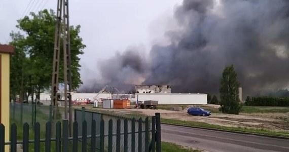 Udało się opanować pożar w Skórczu na Pomorzu - ogień już nie rozprzestrzenia się. Od 2:00 w nocy strażacy gaszą tam pożar obiektów spółki produkującej mrożonki.